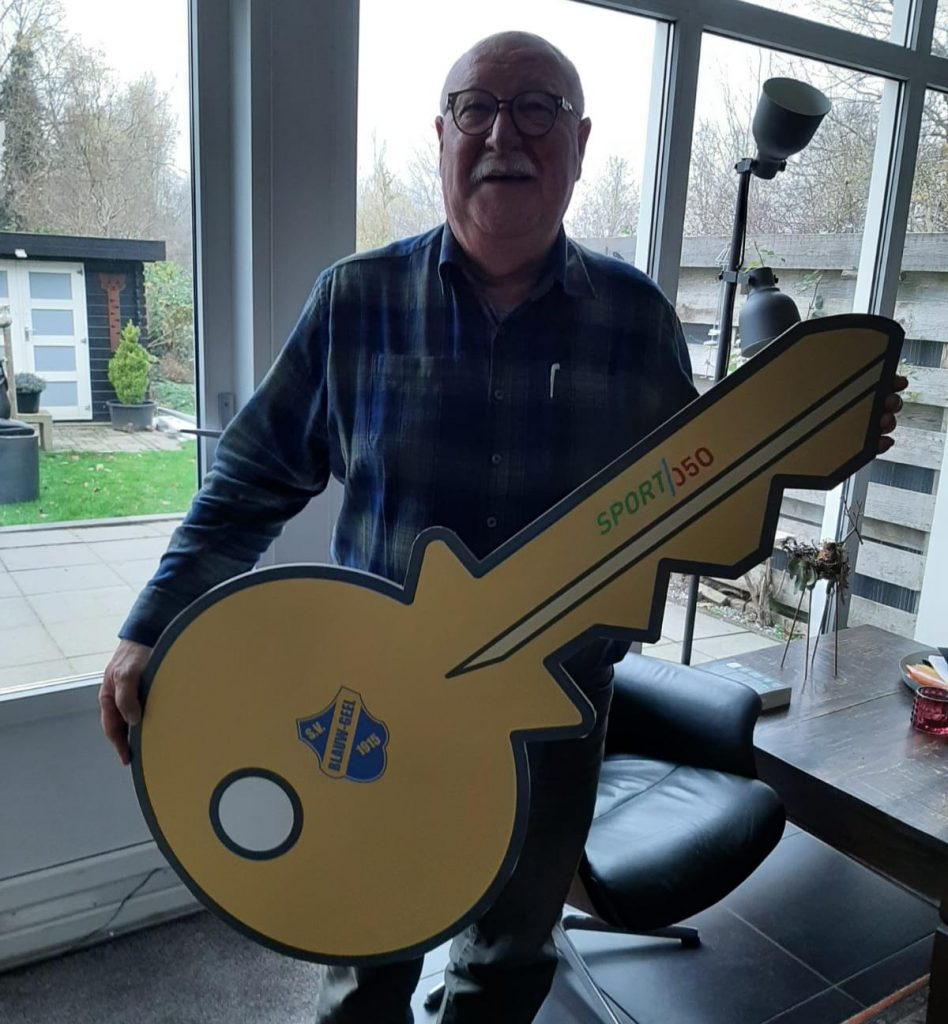 Voorzitten Piet Gruisen met de symbolische sleutel van de panden van s.v. Blauw-Geel